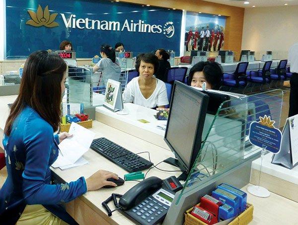 Nhân viên hỗ trợ khách đặt vé