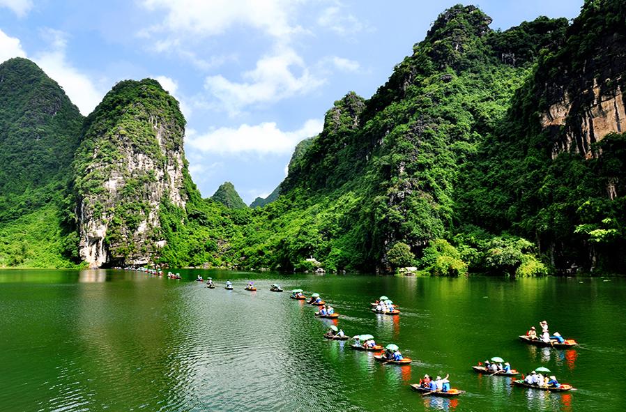 Tràng An cùng với chùa Bái Đính là điểm du lịch hấp dẫn nhất tại Ninh Bình