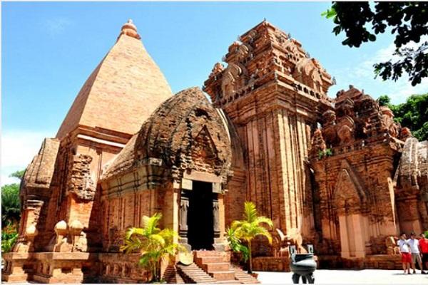 Tháp bà Ponaga là nơi hàng năm diễn ra các lễ hội đặ sắc của người Chăm pa
