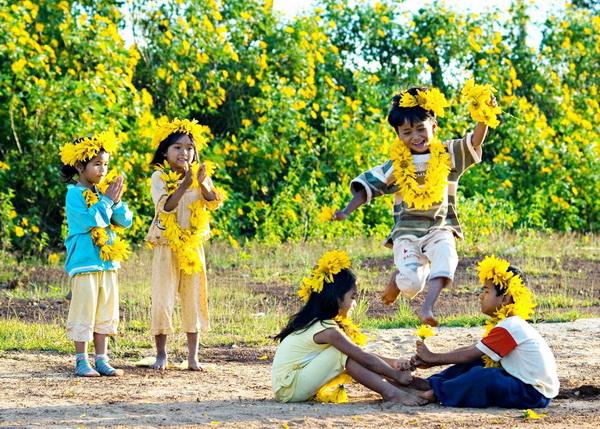 Những đứa trẻ vui đùa giữa những đường hoa