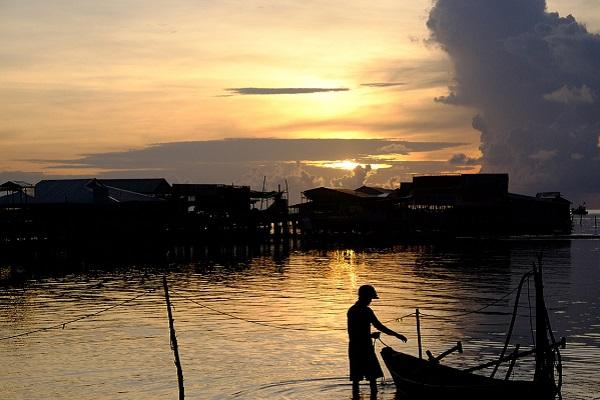 Ngắm bình minh rực rỡ tại làng chài Hàm Ninh